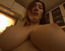 JULIA》超絶巨乳人妻が近所の若い男と不倫して性欲処理しちゃう浮気セックス動画!