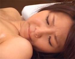 マッサージ師の乳揉みマッサージにかなり耐えきれず寝取られる濃い目マン毛な巨乳人妻