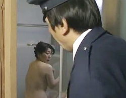 ヘンリー塚本,大石忍》郵便配達の人が不在確認で風呂場見ちゃって火が付いたロケット乳イソジ人妻ww