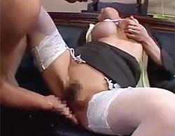 スレンダー美爆乳で熟れ熟れなメガネOL熟女が自分で乳をツネりつつ手マンで大量潮吹きからの中出し