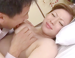 山口玲子》エロい!とにかく!三十路熟女な山口玲子の爆乳をグィっと掴んで乳首ペロペロでこの顔!