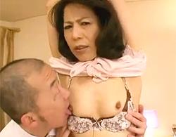 スナイパーのような眼光のイソジシロウト人妻を両手縛りで吊るしてチクビ責めからの生ハメでナカ出しwwwwww