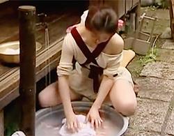 ヘンリー塚本》タライで洗濯する弟嫁をNTRしとるダメ兄貴の浮気な昭和のロマンポルノなセックス