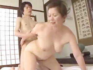 岩崎千鶴》「さ、おばあちゃんのマムコをもっと深く突きなさい」孫に生ハメ促す五十路祖母な高齢熟女!