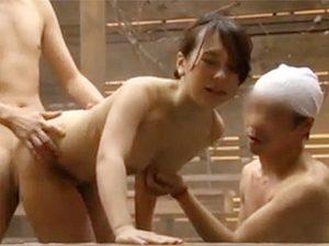 三十路くらいのムッチリ巨乳奥様が混浴露天温泉で一般客達に輪姦乱交されちゃうドッキリ企画がコレw