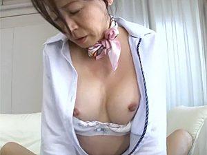 憧れだったCAのコスプレさせてもらい上機嫌な高齢熟女がコチコチに乳首を勃起させてアヘ顔晒すエロ動画!