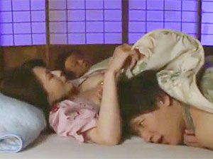 三浦恵理子》セ~~フ!夜な夜な巨乳義母に夜這いかけたら隣で寝てた父親が目を覚ましあわや修羅場w