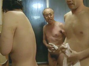 公共の混浴で隠れてSEXしてたのをおっさんに見つかり波平級の「バッカも~ん!」で叱られるバカップル熟年夫婦w
