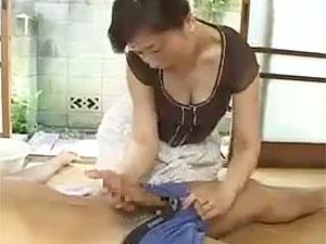 神津千絵子》「やだ、この子ったら、こんなにおっきいの?」昼寝ムスコのデカチンを見たイソジ母が暴走wwww