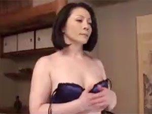還暦目前なのにフェロモン特盛なむっちり美女BBA母親のオナニー見てもた息子がすることは一つ!