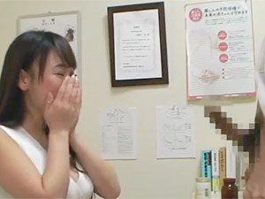 「え?こんなに☆」産婦人科の教師のデカチンに大ムラムラしちゃった奥さんを無許可ナカ出しでNTRするキチク医師ww