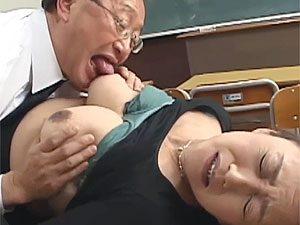中村京子》陥没乳首な五十路爆乳母親が内申点上げる為に担任教師に体を売る一部始終!