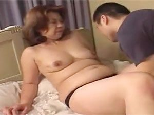 クソたるんだ段腹巨乳ババアが息子のチ●ポをねっちょりフェラする近親相姦!