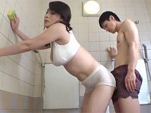 北島玲》親父の再婚相手が爆乳三十路熟女で!風呂掃除手伝ってたら我慢できずにNTRw