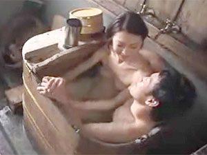 義母と義息が互いに距離を縮めようと狭い風呂で混浴したのが間違いでしたww