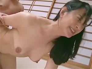 服部圭子》56歳五十路高齢熟女の気品漂うフェロモン美熟女が義息チ●ポでポルチオ突かれてアヘ激イキ!