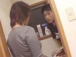 「うわ、なんだよ母ちゃん!トイレに入ってくんなよ!」還暦オーバーな六十路閉経セックスレス爆乳母親の性欲がついに暴走!トイレでオナニー中の息子に襲いかかるw