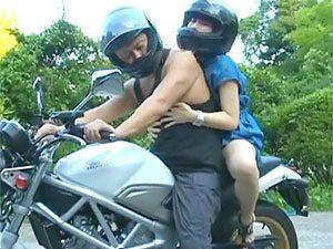 ヘンリー塚本,川上ゆう》「あんた、あたしゃもう我慢できないよ☆」バイクの後部座席にディルドセットしての青姦ツーリングで激イキしちゃうミソジ人妻☆