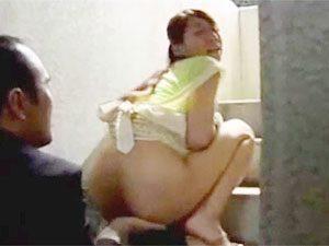 ヘンリー塚本》桃尻プリ尻なミソジ美巨乳ヒトヅマがマンションの階段でウワキ相手を待ちきれずプチ露出からのwwww