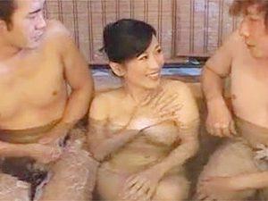 北原夏美》爆乳ムチムチ高齢熟女おばさんが若い男と混浴した件