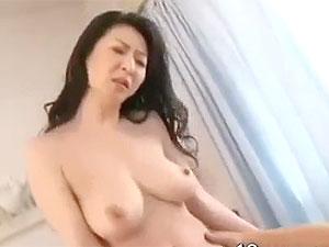 還暦前には見えないモチ肌美垂れ乳爆乳夫人の中出しセックス!