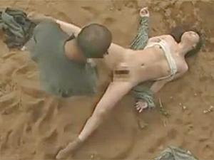 ヘンリー塚本》昭和の農村に現れた強姦魔にレイプされた人妻熟女!